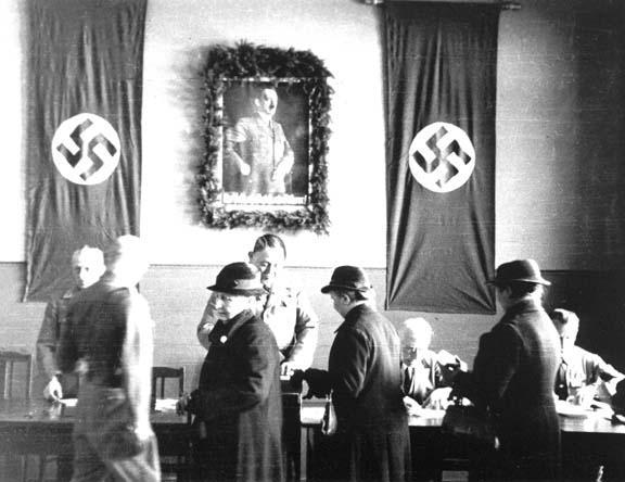 In einem Wahllokal in Flensburg am 12. November 1933