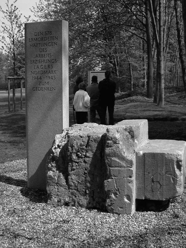 Gedenkort 2003, Kiel (Teilansicht) Gedenkstein 1985, Kiel. Foto Frank Starrost